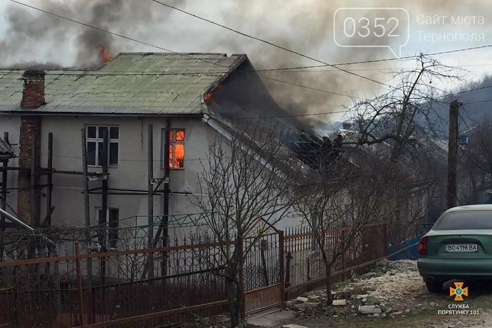 Майже дві години пожежники боролись з нищівним вогнем у двоповерховому будинку на Тернопільщині (ФОТО), фото-1