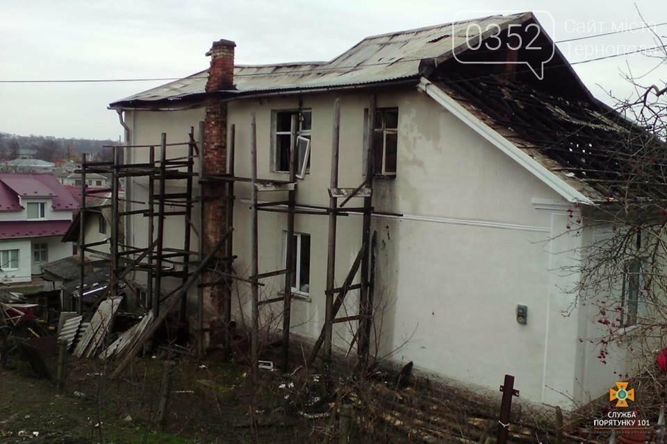Майже дві години пожежники боролись з нищівним вогнем у двоповерховому будинку на Тернопільщині (ФОТО), фото-3
