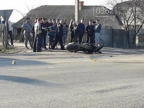 На Тернопільщині зіткнулись  мотоцикліст та автівка, повідомляють про важко травмовану пасажирку (ФОТО), фото-1
