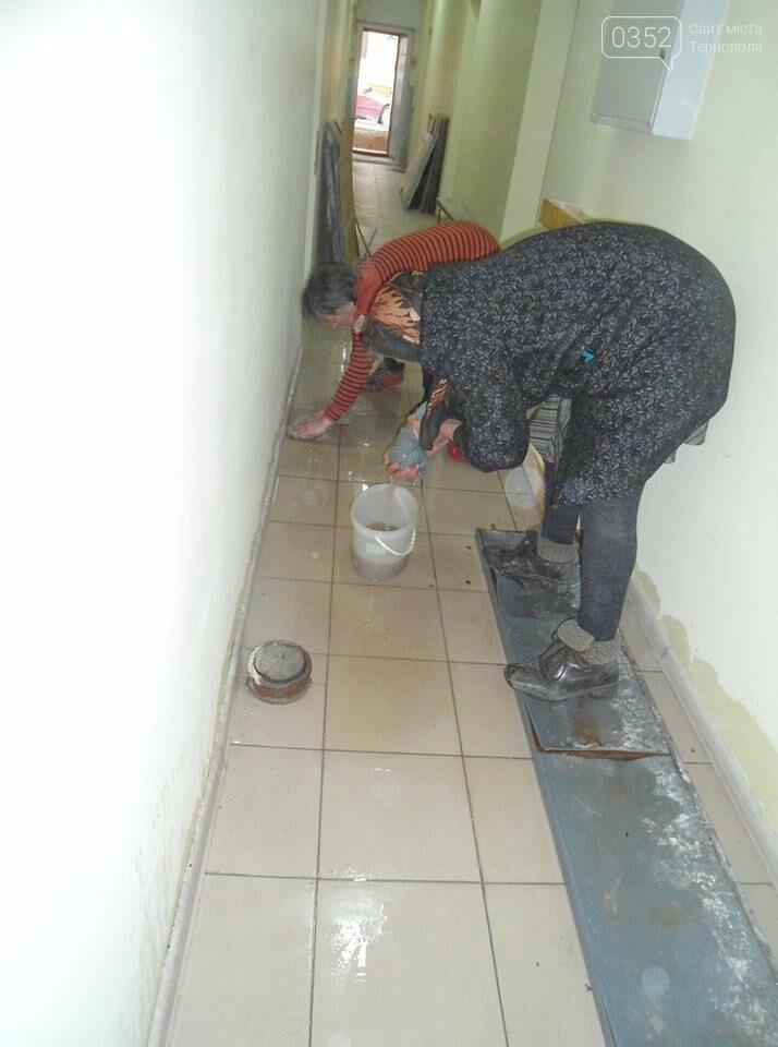У Тернополі у багатоквартирному будинку постійно прориває каналізацію, затоплюючи підвальні приміщення благодійних організацій (ФОТО, ВІДЕО), фото-8