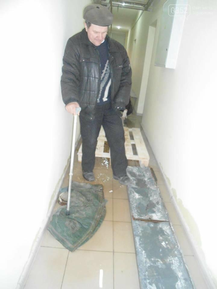 У Тернополі у багатоквартирному будинку постійно прориває каналізацію, затоплюючи підвальні приміщення благодійних організацій (ФОТО, ВІДЕО), фото-1