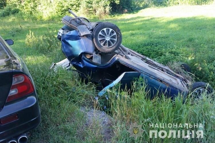 На Тернопільщині через  ДТП перекинувся автомобіль, на момент аварії у салоні була вагітна пасажирка (ФОТО), фото-2
