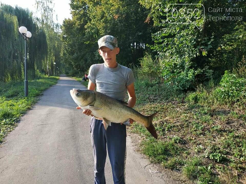 """""""Яке ж воно здоровенне"""" на Тернопільщині чоловік впіймав велетенську рибину (ФОТОФАКТ), фото-1"""