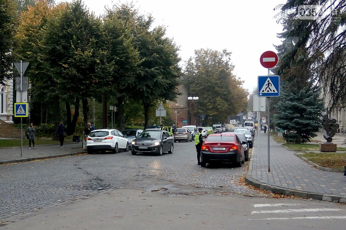 У центрі Тернополя, де водії масово їдуть під заборонні знаки, сьогодні працює поліція (Фото), фото-3