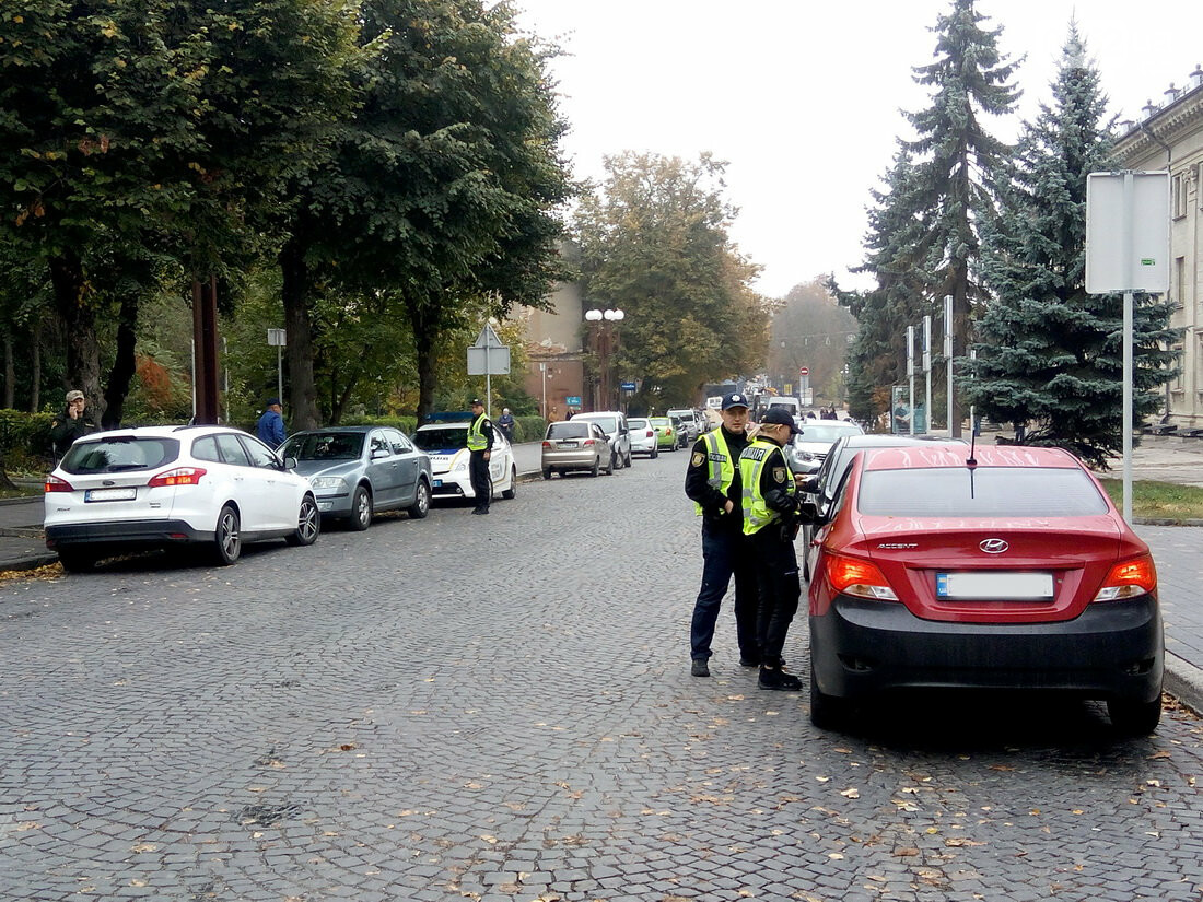 У центрі Тернополя, де водії масово їдуть під заборонні знаки, сьогодні працює поліція (Фото), фото-1