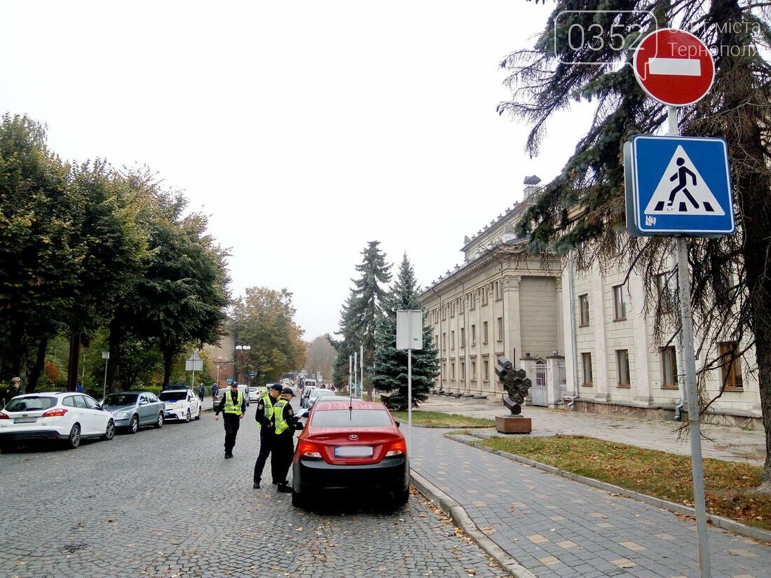 У центрі Тернополя, де водії масово їдуть під заборонні знаки, сьогодні працює поліція (Фото), фото-2