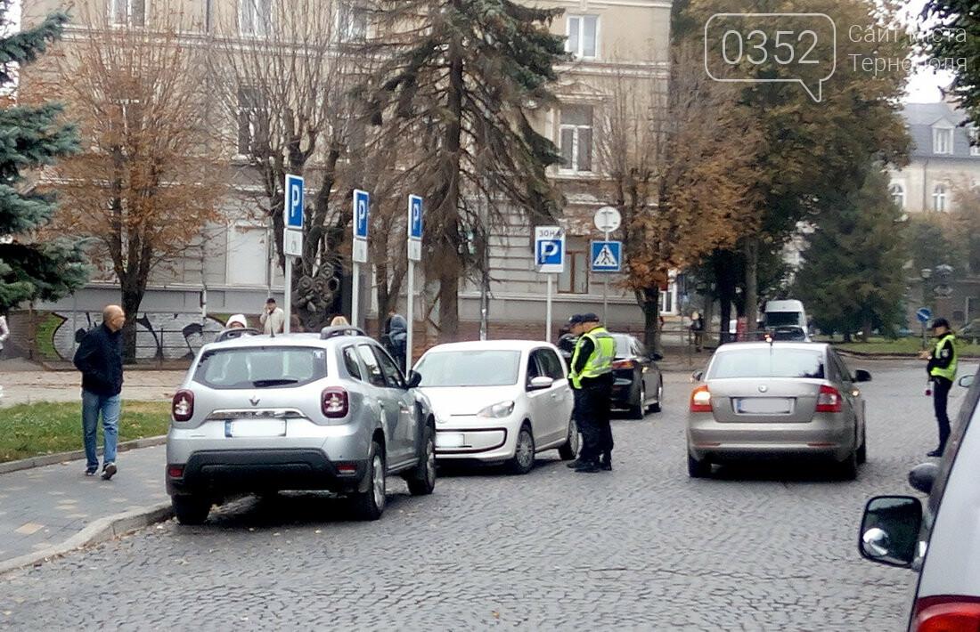У центрі Тернополя, де водії масово їдуть під заборонні знаки, сьогодні працює поліція (Фото), фото-5