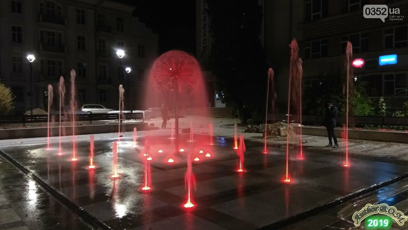 """""""Кульбаба"""" з неймовірною вечірньою підсвіткою: у мережі показали оновлений фонтан в Тернополі (ФОТО, ВІДЕО), фото-2"""