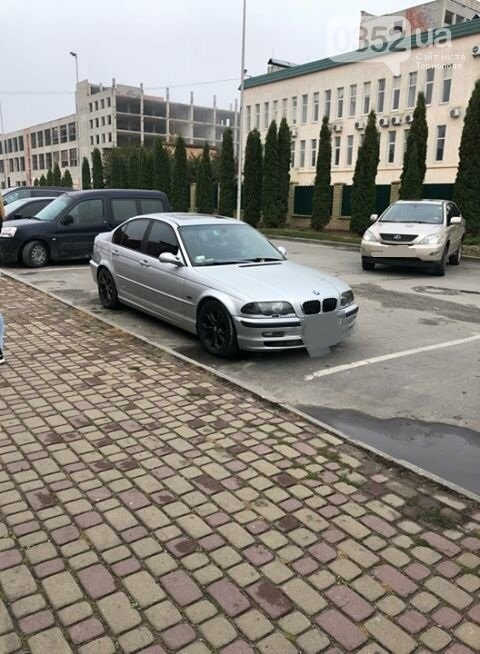 Права купили, а паркуватись - не купили: тернополянка обурена вміннями автовласників паркувати свої легківки (ФОТОФАКТ), фото-1
