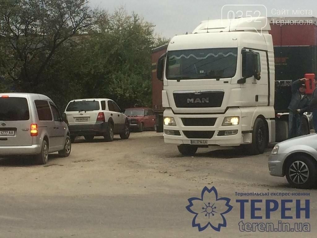У Тернополі вантажний автомобіль завдав мороки водіям інших автівок (ФОТО), фото-2