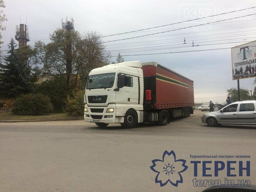 У Тернополі вантажний автомобіль завдав мороки водіям інших автівок (ФОТО), фото-3