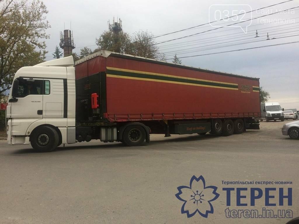 У Тернополі вантажний автомобіль завдав мороки водіям інших автівок (ФОТО), фото-4