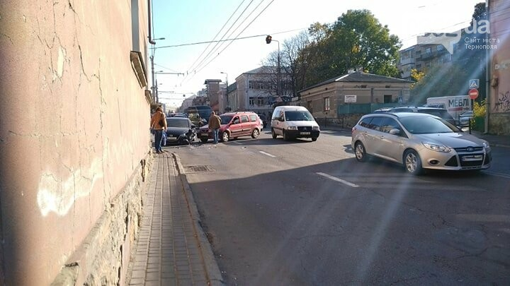 Внаслідок аварії біля стадіону у Тернополі утворився затор (ФОТО), фото-1