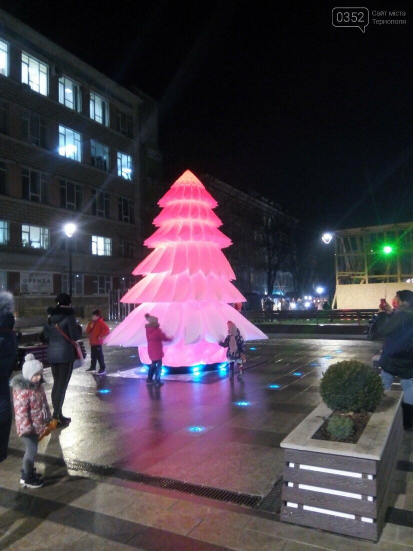 Вночі у Тернополі з центрального майдану зникла новорічна ялинка (ФОТО), фото-1