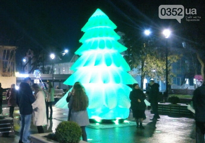 Вночі у Тернополі з центрального майдану зникла новорічна ялинка (ФОТО), фото-2