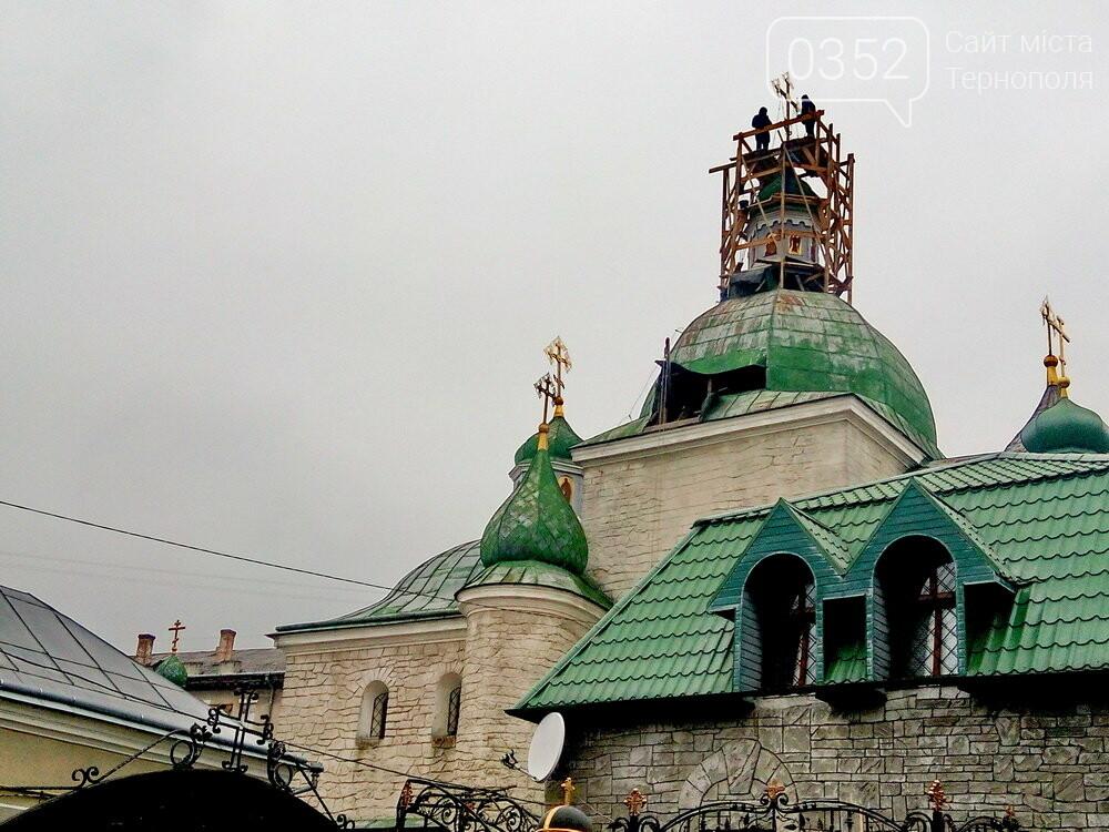 У Тернополі двоє чоловіків залізли на купол історичної церкви (ФОТО), фото-1