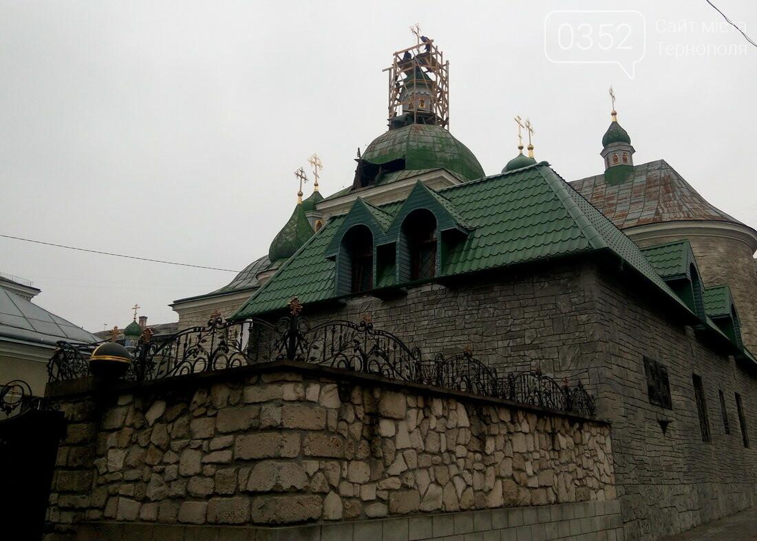 У Тернополі двоє чоловіків залізли на купол історичної церкви (ФОТО), фото-4