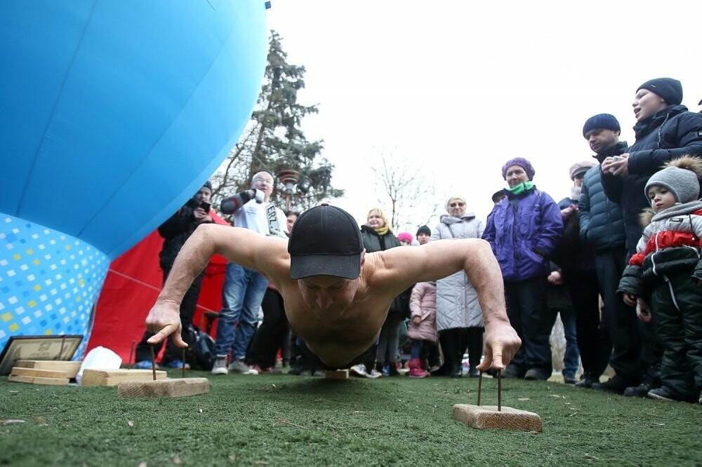 Руками розірвав настільний відривний календар: у Тернополі встановили новий рекорд (ФОТОРЕПОРТАЖ), фото-8