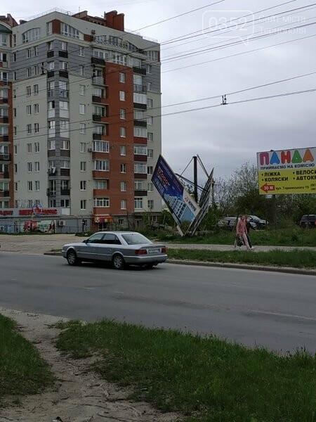 Під час сильного вітру білборди в Тернополі становлять небезпеку для перехожих (ФОТО), фото-1