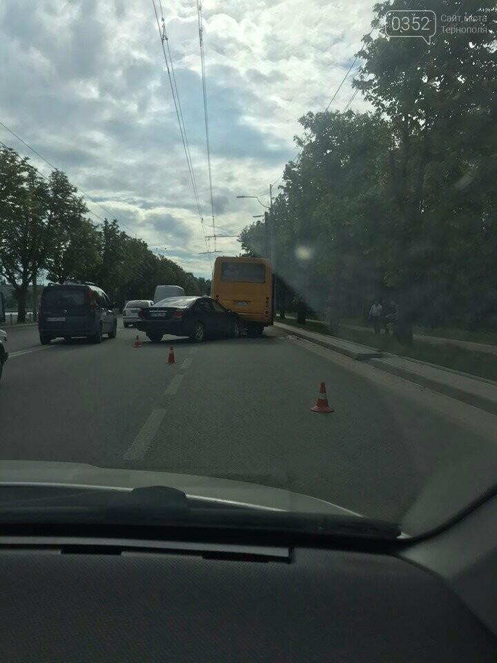 У Тернополі на дамбі ДТП: автівка влетіла в маршрутку (ФОТО), фото-1