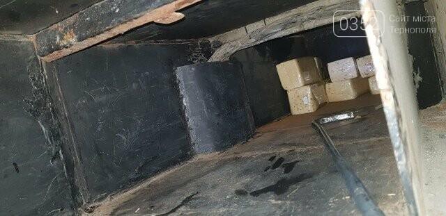 Наче в  мишачій норі: митники затримали рейсовий автобус, у якому ховали 400 кілограмів сиру (ФОТО), фото-2