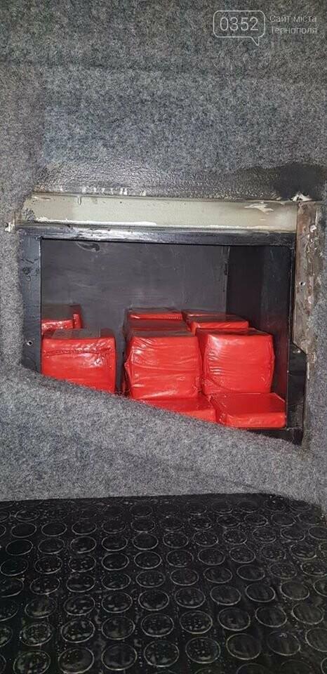 Наче в  мишачій норі: митники затримали рейсовий автобус, у якому ховали 400 кілограмів сиру (ФОТО), фото-3