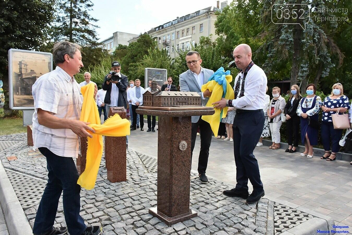 У центрі Тернополя відкрили бронзовий макет міської ратуші (ФОТО), фото-4