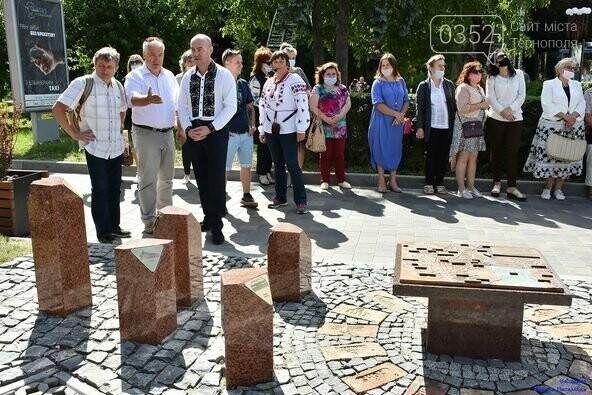 У центрі Тернополя відкрили бронзовий макет міської ратуші (ФОТО), фото-1