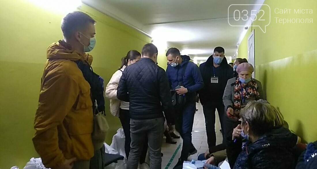 У Тернополі приймають протоколи виборів: втомлені люди годинами стоять в черзі (ФОТО), фото-2