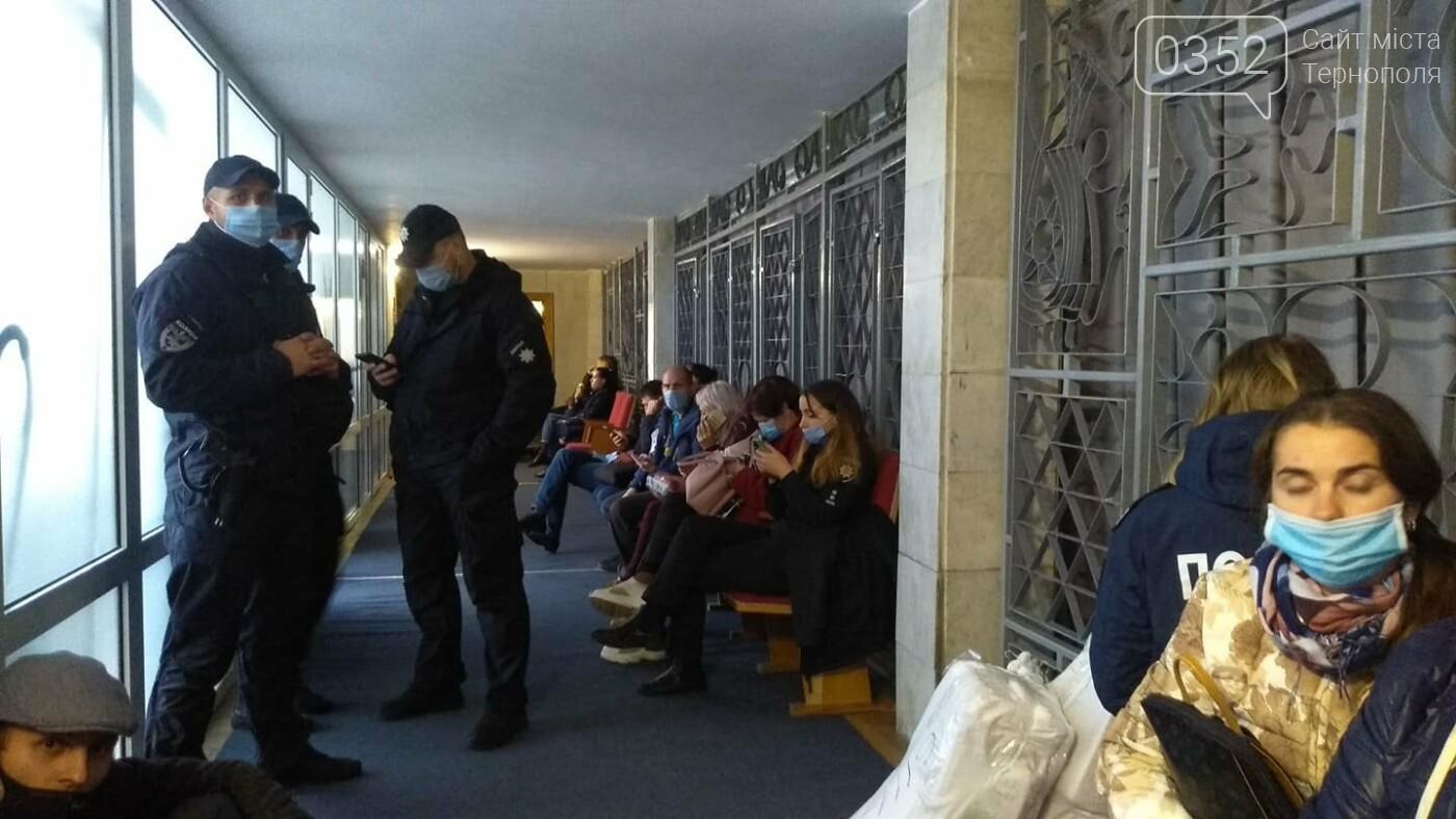У Тернополі приймають протоколи виборів: втомлені люди годинами стоять в черзі (ФОТО), фото-1