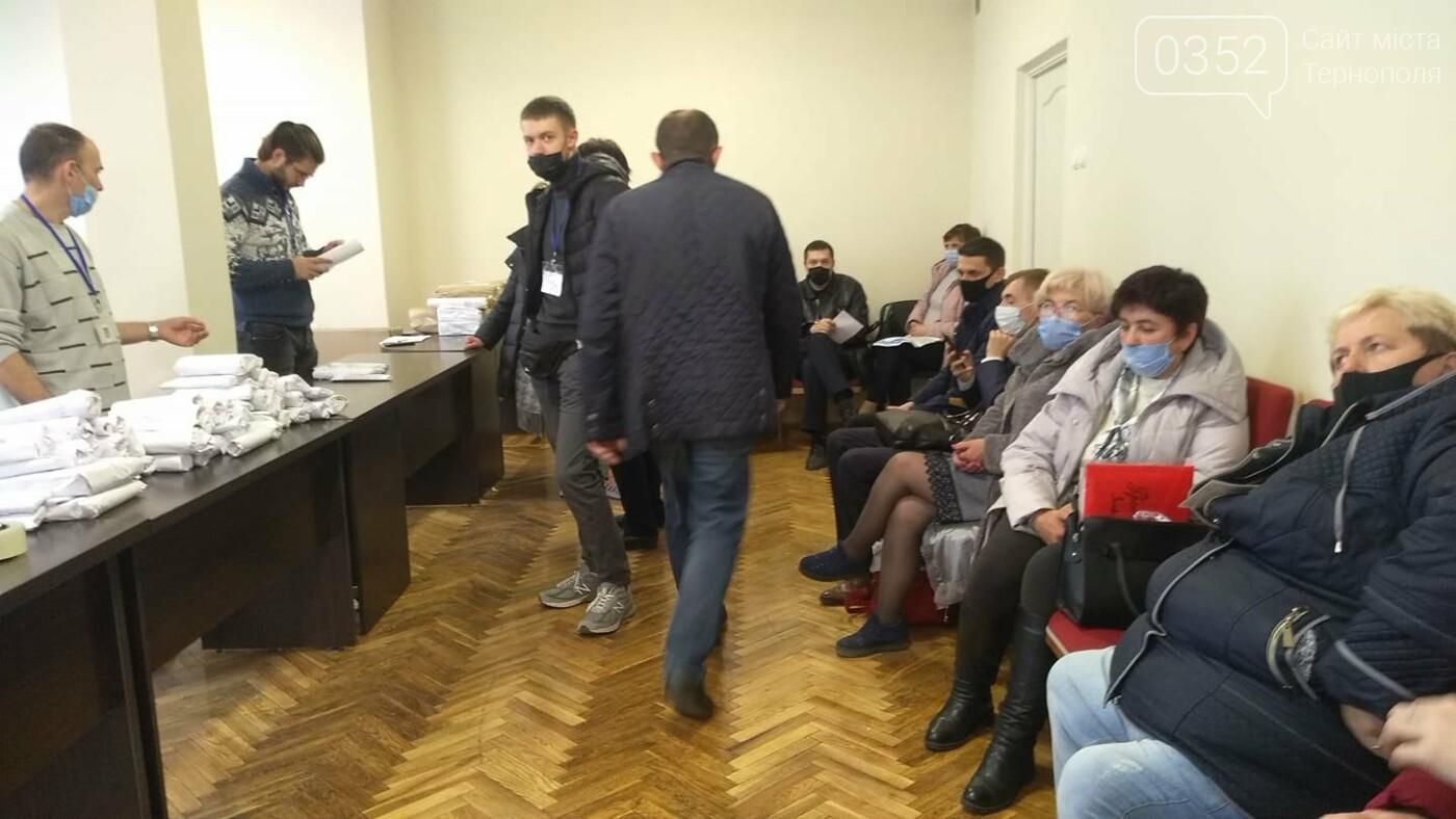 У Тернополі приймають протоколи виборів: втомлені люди годинами стоять в черзі (ФОТО), фото-3