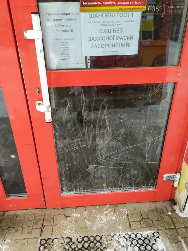 У Тернополі чоловік розбив ногою скло після зауваження продавчині одягнути маску (ФОТО), фото-2