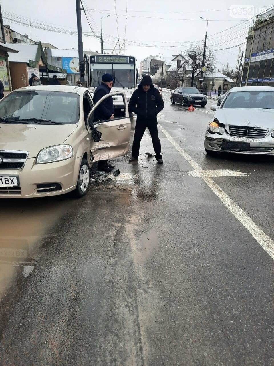 """""""Небезпечний білий бус мчить Тернополем"""": неадекватний водій спричинив ДТП і втік у напрямку Збаразького кільця (ФОТО), фото-3"""