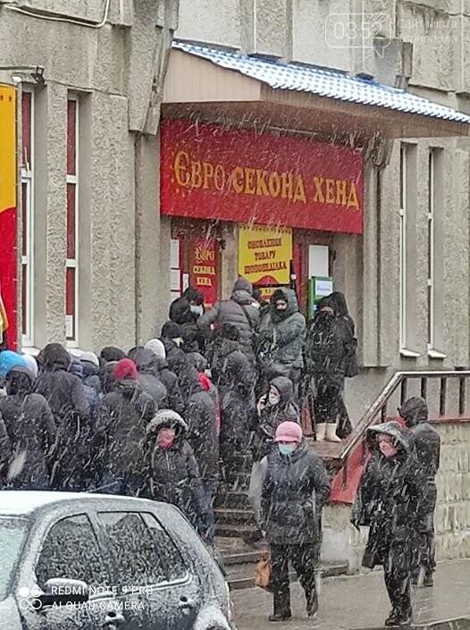 Карантин по-тернопільськи: біля одного з місцевих секонд-хендів — величезна черга (ФОТО), фото-1