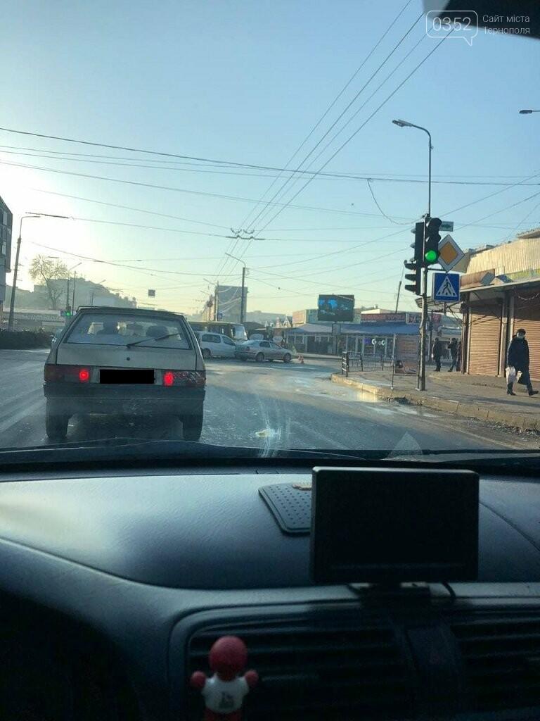 Біля ринку у Тернополі аварія: не розминулись маршрутка та легкова автівка (ФОТО), фото-1