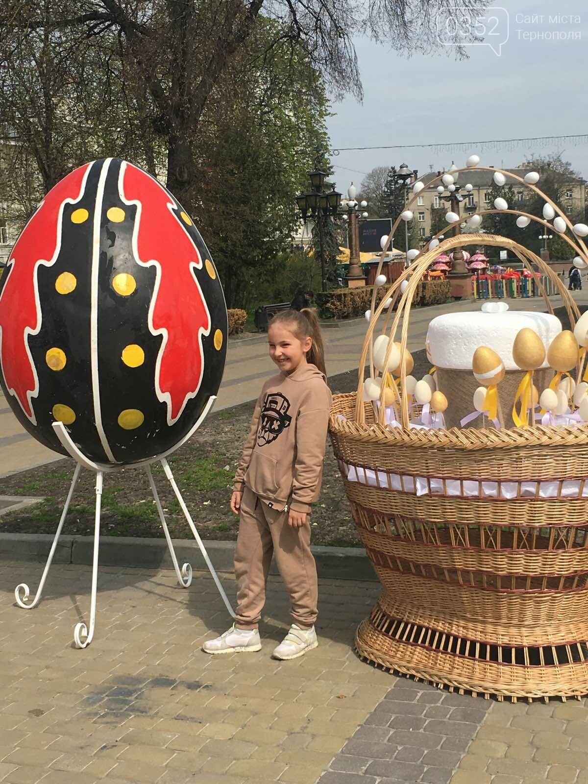 """Нова святкова фотозона"": в Тернополі на вулиці встановили великі кошики та писанки (ФОТО), фото-2"