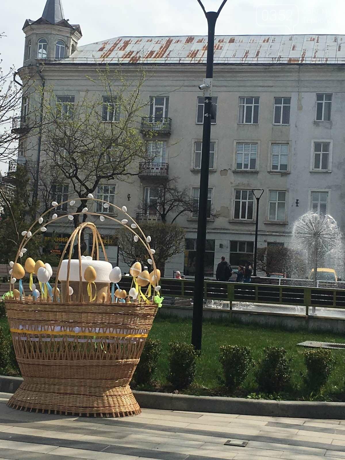 """Нова святкова фотозона"": в Тернополі на вулиці встановили великі кошики та писанки (ФОТО), фото-3"