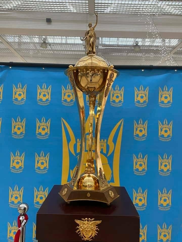 У Тернополі можна сфотографуватися із головним футбольним кубком України (ФОТО), фото-1