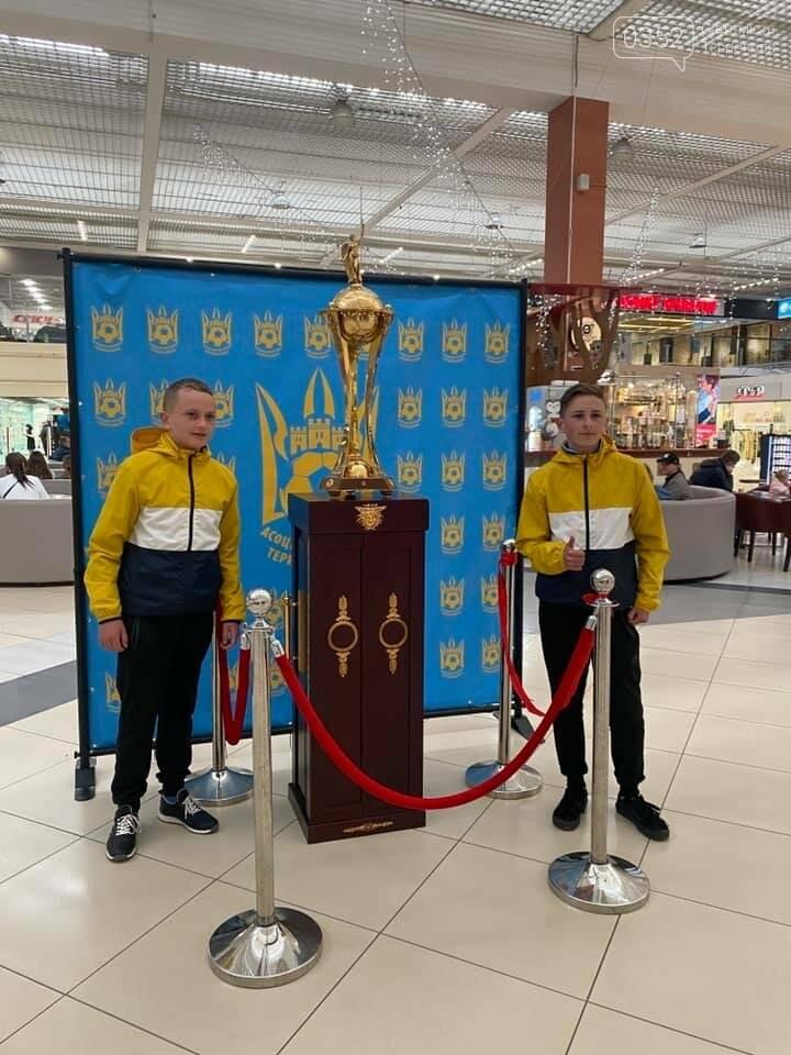 У Тернополі можна сфотографуватися із головним футбольним кубком України (ФОТО), фото-2