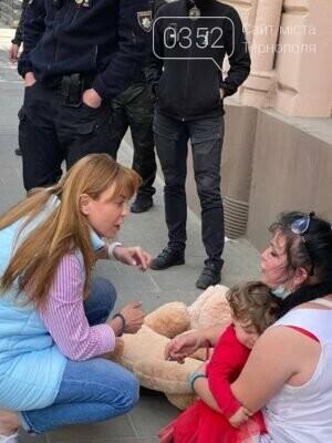 Поводилась неадекватно: поліція затримала жінку із дитиною на руках (ФОТО), фото-1