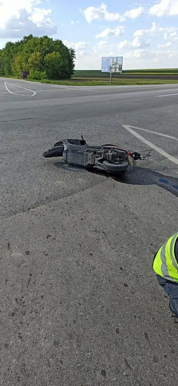 Сліди крові на дорозі: неподалік Тернополя  трапилась ДТП (ФОТО 18+), фото-1
