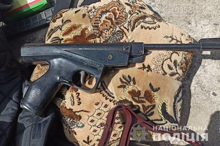 На Тернопільщині затримали двох ймовірних зловмисників зі зброєю в автівці, фото-1
