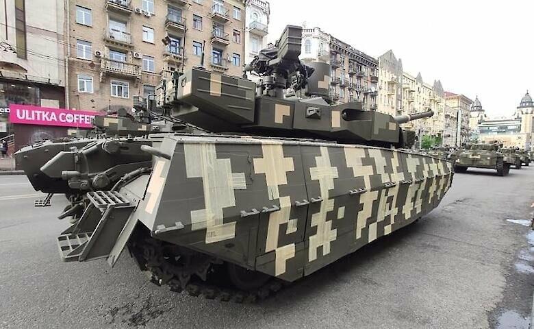 """""""Ще дофарбують"""": на репетиції до Дня Незалежності помітили танк, закамуфльований скотчем, фото-1"""