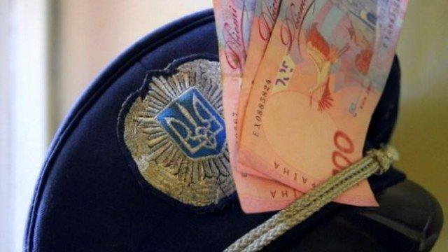 Діяв у змові із колегою: ще одного поліцейського на Тернопільщині підозрюють  у вимаганні хабаря | Новини