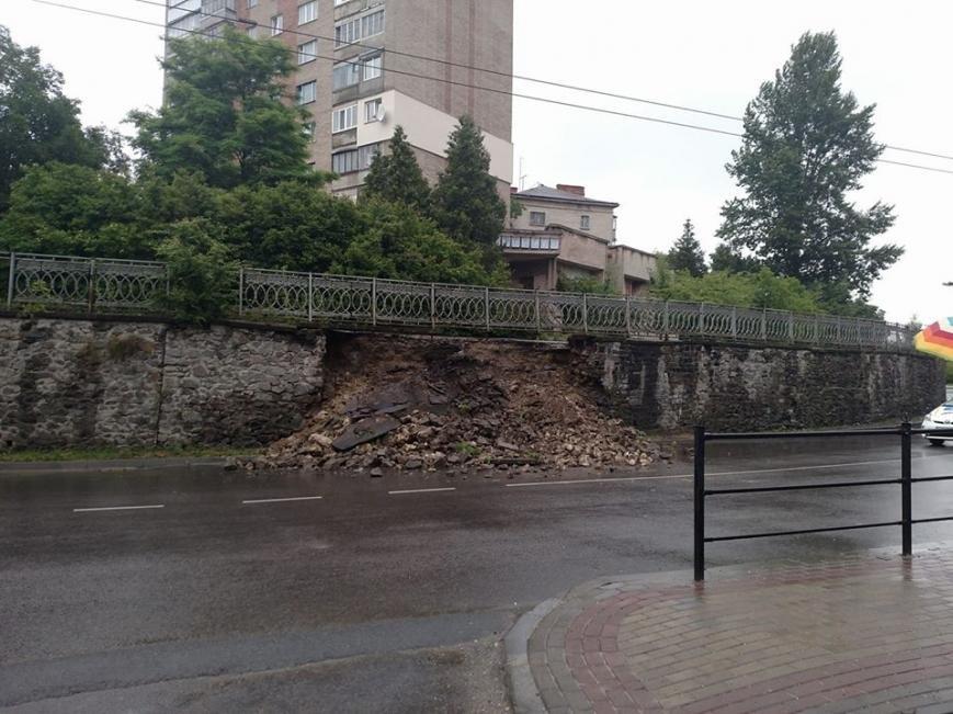 У Тернополі на дорогу обвалилась підпірна стіна (фото), фото-1