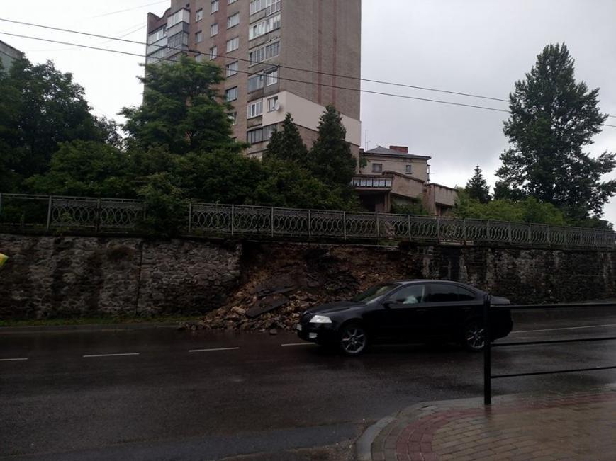У Тернополі на дорогу обвалилась підпірна стіна (фото), фото-2