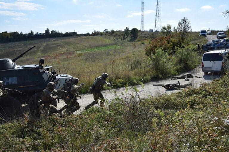 Штурм та звільнення заручників: на Тернопільщині відбулись масштабні антитерористичні навчання (ФОТО), фото-4