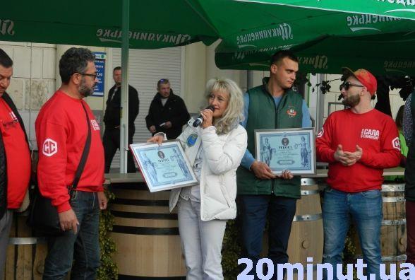 Знову рекорд: у Тернополі встановили найдовшу барну стійку з пивних бочок (ФОТО+ВІДЕО), фото-1