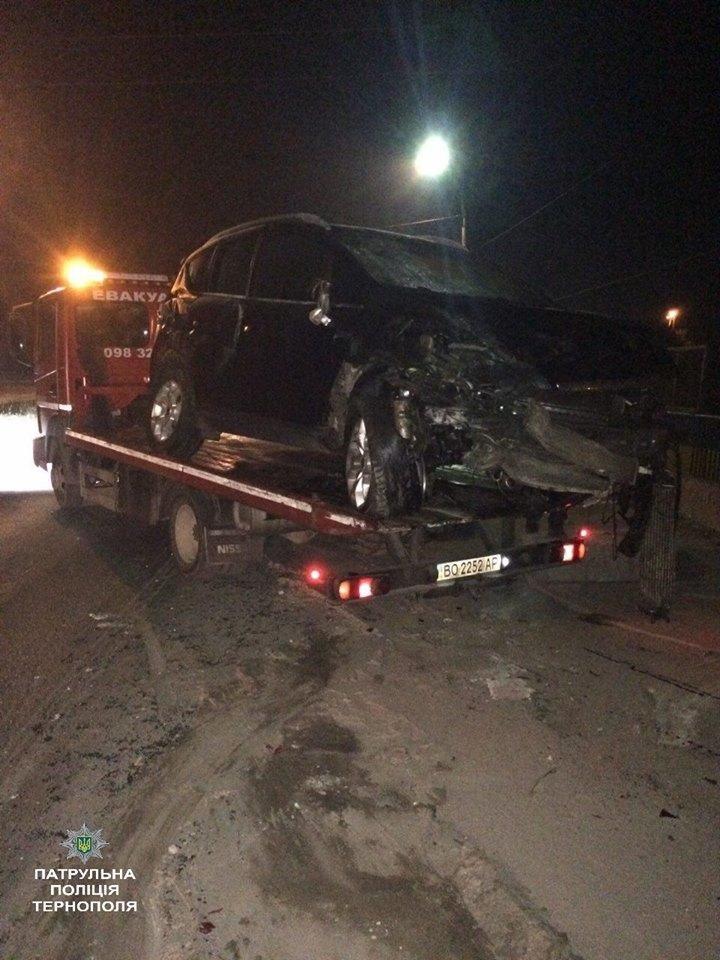 У Тернополі водій в'їхав в бетонну огорожу і втік з місця ДТП (ФОТО), фото-1