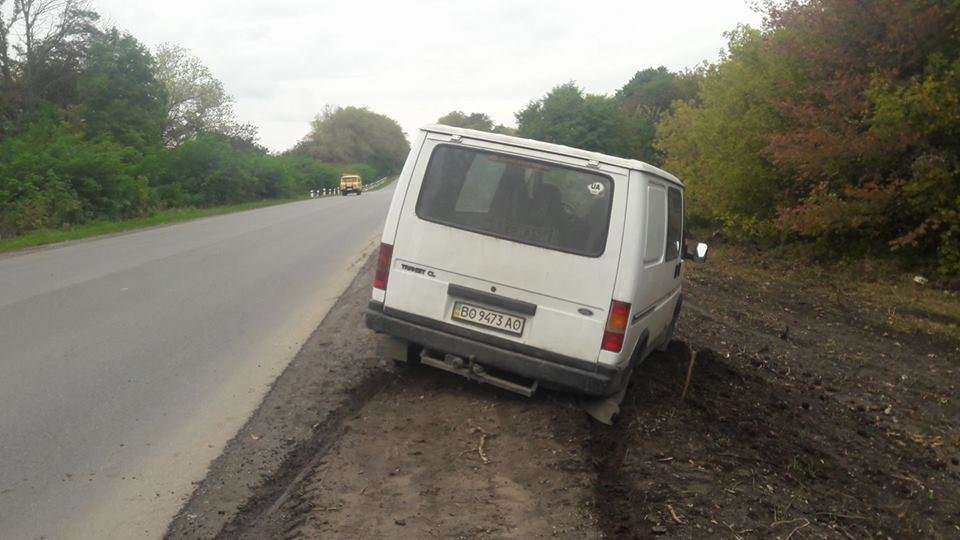 На Тернопільщині через нове узбіччя автомобіль ледь не злетів у кювет (ФОТО), фото-1